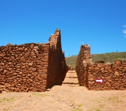 walls at Pikillacta, possibly also known as the 'town of the flea', were 2 stories high and made of smaller stones & clay or mud adobe